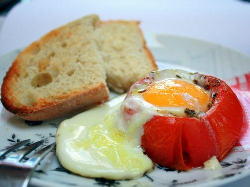 Uova al piatto con pomodori
